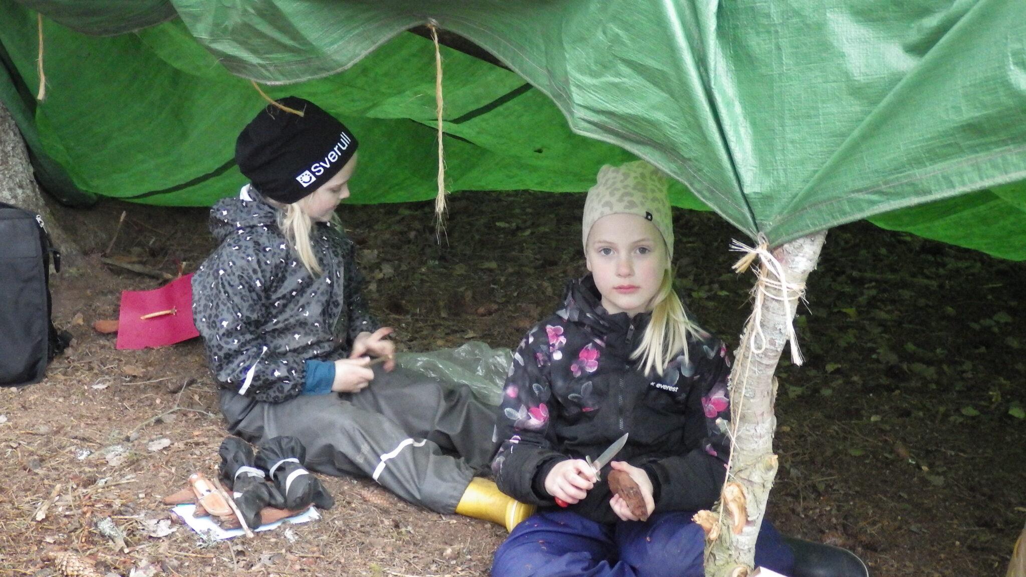 Regn och glada scouter